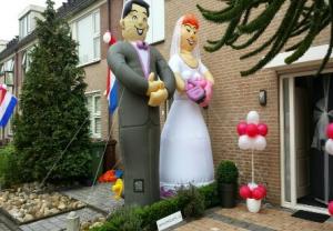 Afbeelding van een opblaasbaar bruidspaar. Verhuurbedrijf Partydolls in Lisse